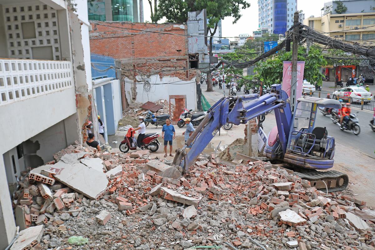 Dãy nhà mặt tiền đường Cách Mạng Tháng Tám (quận 1) tháo dỡ, lùi sâu để giao mặt bằng xây ga Tao Đàn thuộc tuyến Metro Số 2, chiều 27/11. Ảnh: Gia Minh.