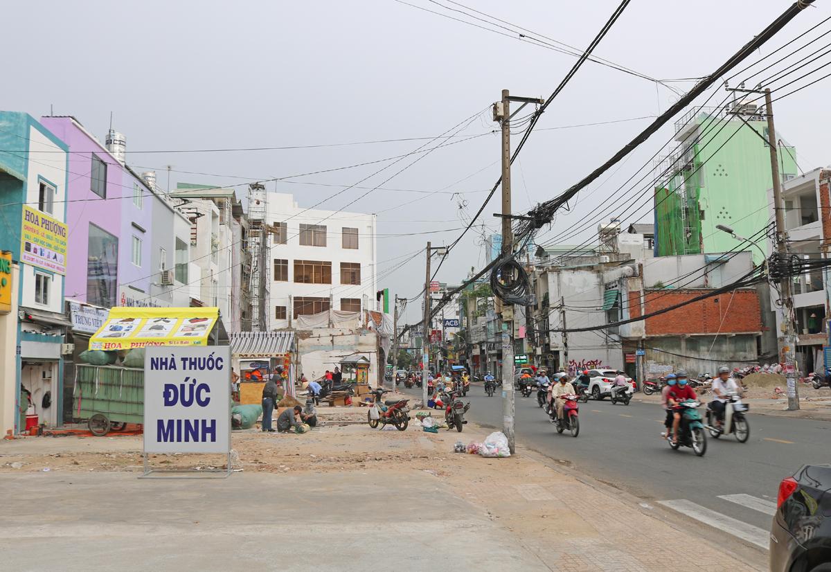 Đường Cách Mạng Tháng Tám, đoạn gần giao lộ Hoàng Văn Thụ (quận Tân Bình) thông thoáng sau khi nhiều nhà tháo dỡ bàn giao cho dự án Metro Số 2, ngày 9/11. Ảnh: Gia Minh.