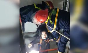 Cảnh sát giải cứu cô gái trong thang máy