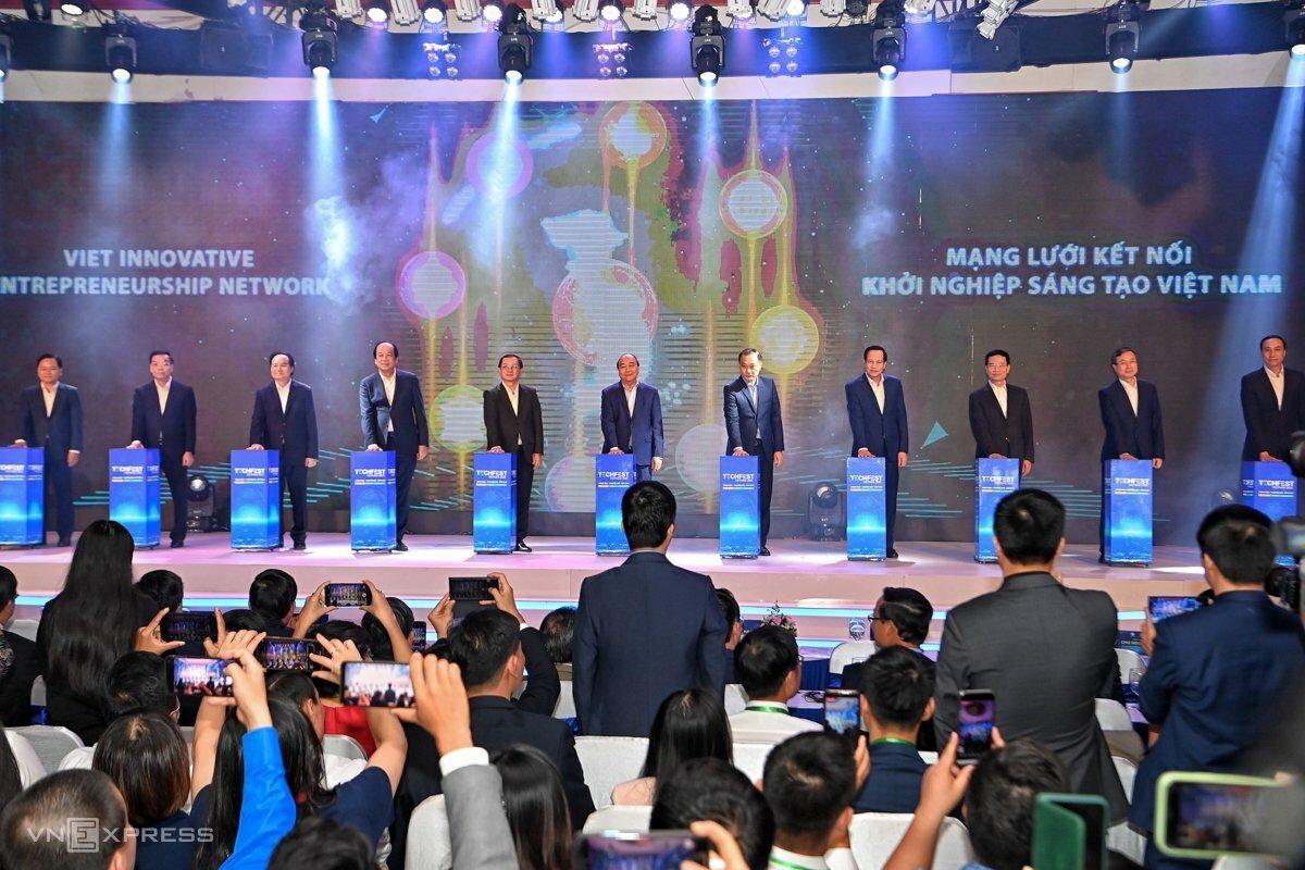 Thủ tướng và lãnh đạo các bộ, ngành, thành phố Hà Nội nhấn nút khai mạc Techfest 2020. Ảnh: Giang Huy.