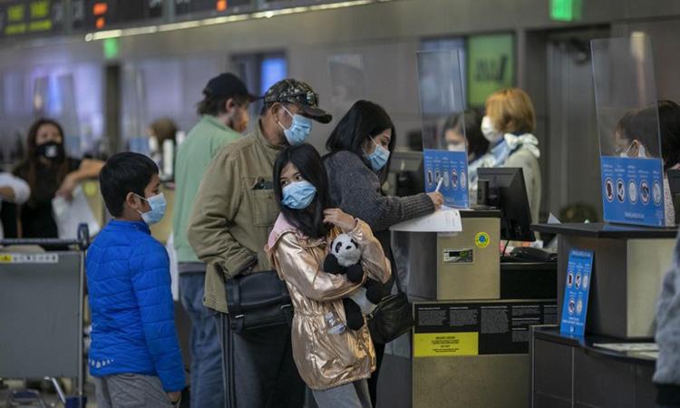 Một gia đình làm thủ tục tại sân bay quốc tế Tom Bradley ở bang California, Mỹ hôm 25/11, một ngày trước Lễ Tạ ơn. Ảnh: AFP.
