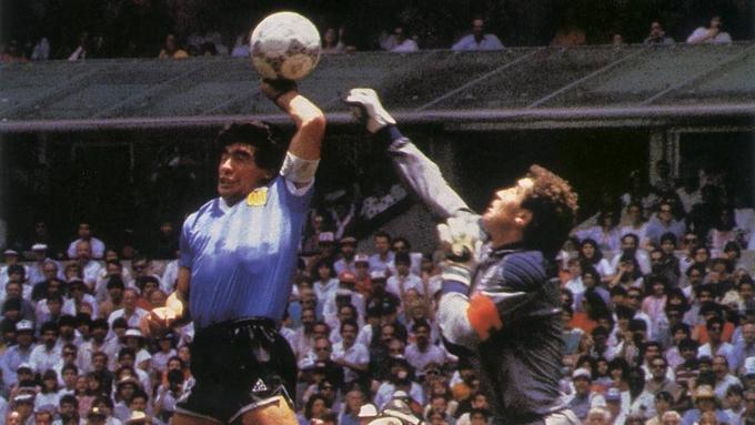 Maradona lập công với bàn tay của Chúa.