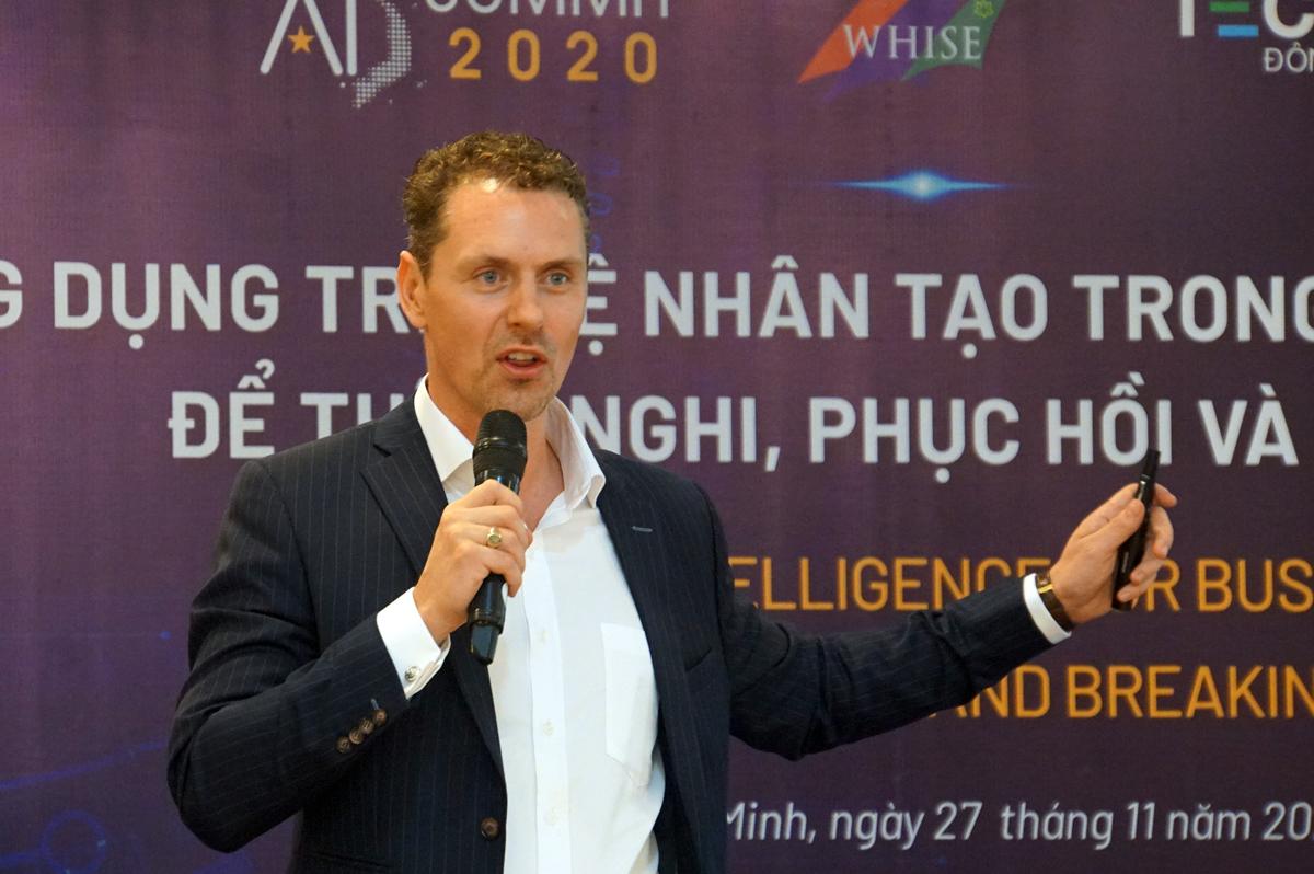 Ông Jesse Arlen Smith tham luận tại hội thảo, chiều 28/11. Ảnh: Mạnh Tùng.
