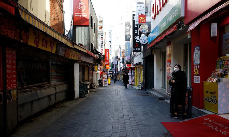 Một khu phố mua sắm vắng vẻ tại Seoul, Hàn Quốc, hôm 23/11. Ảnh: Reuters.