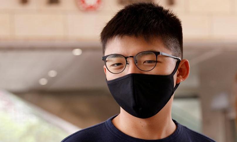 Nhà hoạt động Joshua Wong đến tòa án để đối mặt với các cáo buộc liên quan đến một cuộc tụ tập trái phép ở Hong Kong hôm 3/11. Ảnh: Reuters.