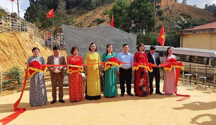 Các đại biểu cắt băng khánh thành Bia lưu niệm Tây Tiến ở Sài Khao. Ảnh: Lam Sơn.