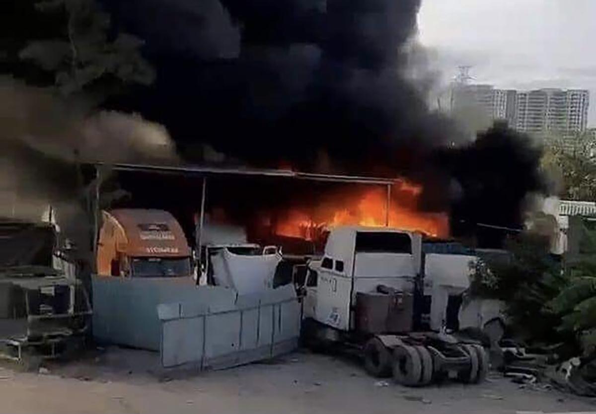 Khói lửa bùng lên tại bãi xe gần cao tốc. Ảnh: Người dân cung cấp.