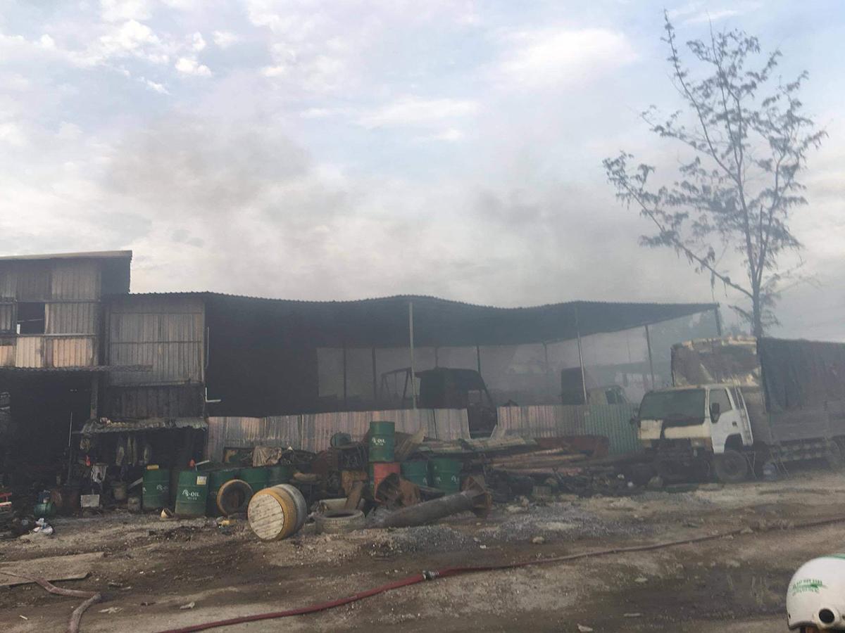 Nhiều xe bị cháy trơ khung bên cạnh bình khí nén, thùng phuy chứa dầu. Ảnh: Đình Văn.