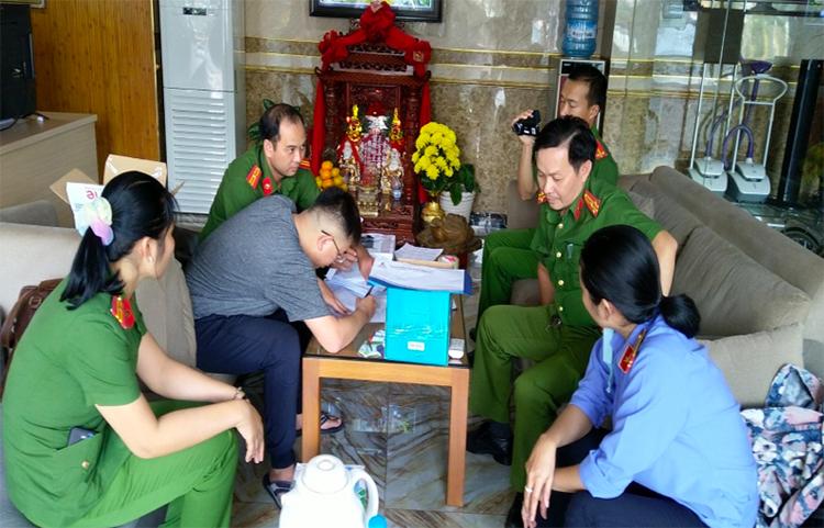 Công an khám xét khách sạn của Nguyễn Thị Kim Hạnh tại TP Châu Đốc. Ảnh: An Phú