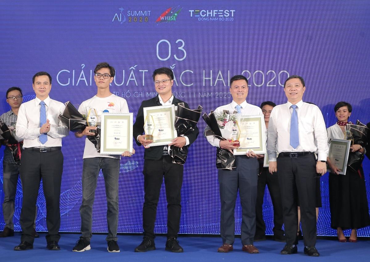 Thứ trưởng Bộ Khoa học và Công nghệ Bùi Thế Duy (bên trái) và Phó chủ tịch UBND TP HCM Dương Anh Đức (bên phải) trao giải cho top 3 dự án xuất sắc nhất. Ảnh: Ban tổ chức.