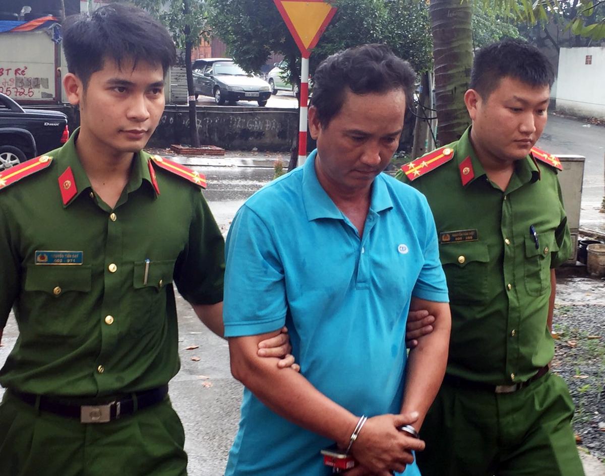 Chế Văn Bò bị bắt sau khi cảnh sát dừng được xe ben trên quốc lộ ngày 20/11. Ảnh: Thái Hà