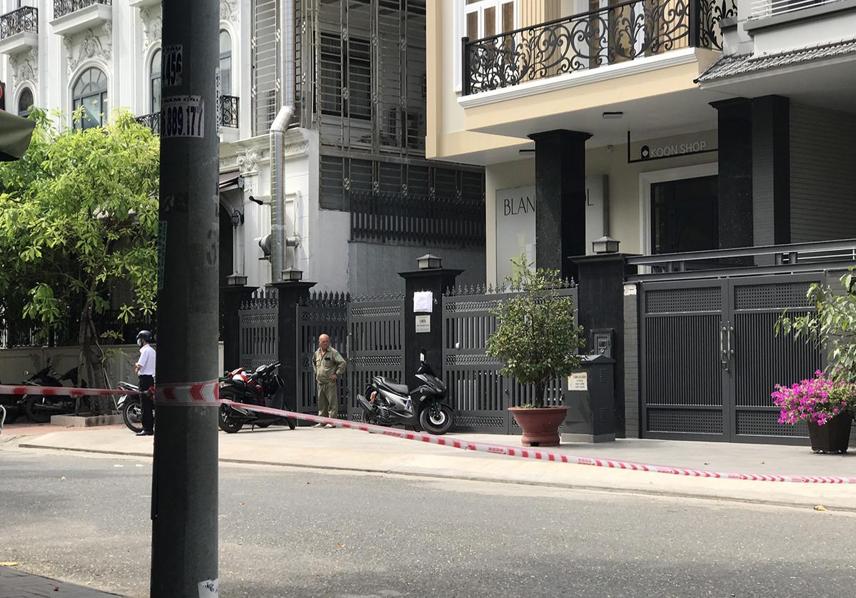 Đến trưa 28/11, cảnh sát vẫn khám nghiệm hiện trường trong căn nhà 4 tầng. Ảnh: Đình Văn.
