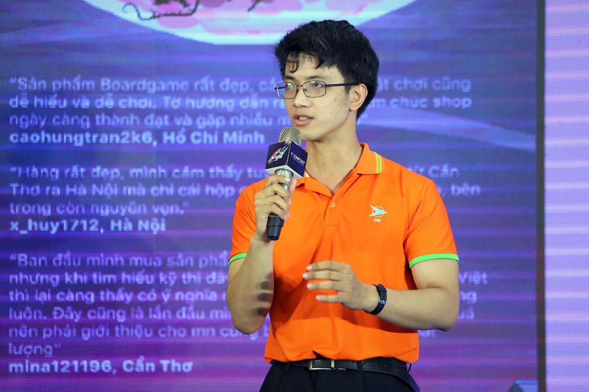 Võ Minh Đức, trưởng nhóm Korona Board Game trình bày ý tưởng khởi nghiệp. Ảnh: BTC.