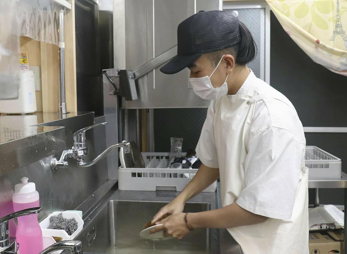 Sinh viên người Việt Lam Nhat Hai làm thêm tại nhà hàng ở thành phố Goto, tỉnh Nagasaki. Ảnh: Kyodo.