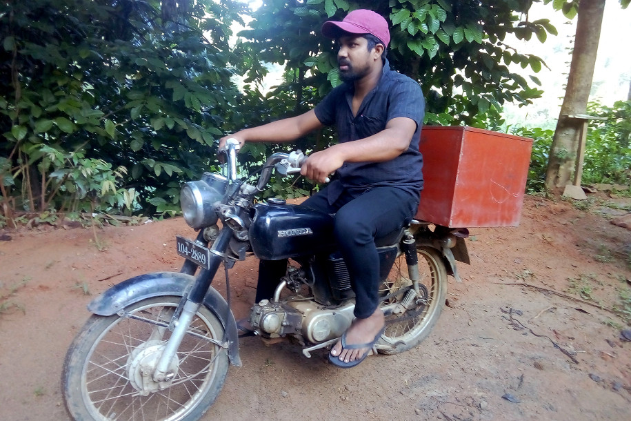 Dasanayaka lái xe máy chở sách vào các làng quê nghèo. Ảnh: AP
