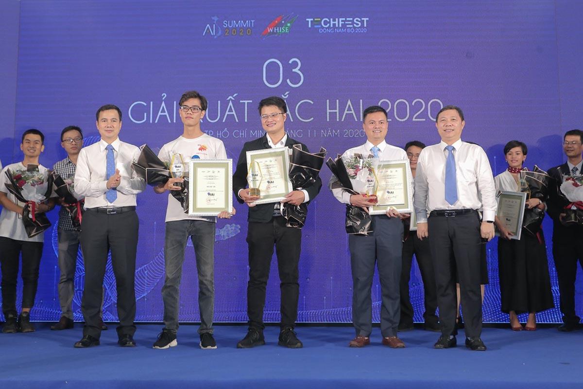 Thứ trưởng Bùi Thế Duy (bìa trái) và ông Dương Anh Đức (bìa phải) và trao giải HAI 2020 chiều 28/11. Ảnh: BTC.