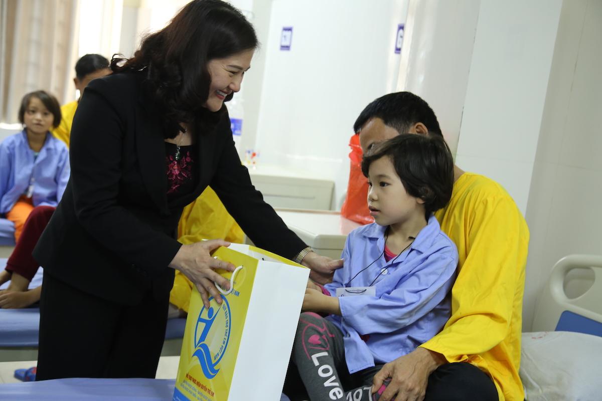 Thứ trưởng Bộ LĐTBXH Nguyễn Thị Hà thăm và tặng quà trẻ em đang điều trị phẫu thuật tại bệnh viện do Quỹ BTTEVN hỗ trợ. Ảnh: