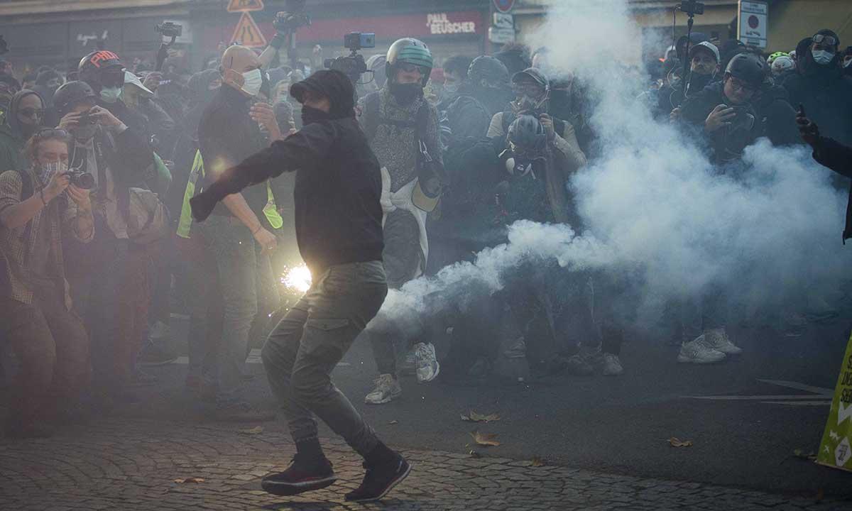Người biểu tình ném pháo sáng về phía cảnh sát trong cuộc biểu tình tại Paris, Pháp, ngày 28/11. Ảnh: Reuters.