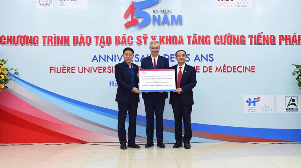 Đại sứ Pháp Nicolas Warnery trao quà cho Đại học Y Hà Nội. Ảnh: HMU.
