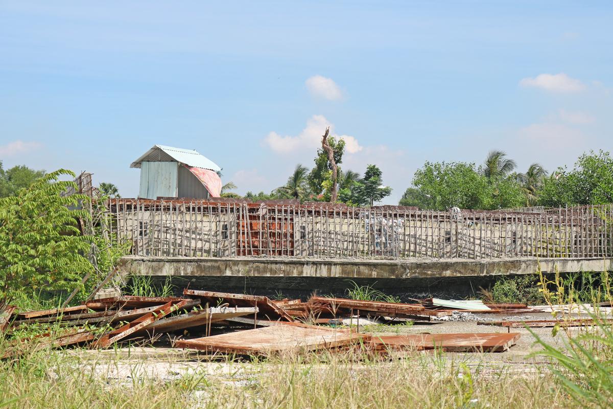 Cỏ mọc um tùm, sắt thép tua tủa ở đoạn làm dở tại dự án Vành đai 2, đoạn từ đường Phạm Văn Đồng đến nút giao Gò Dưa, ngày 28/11. Ảnh: Gia Minh.