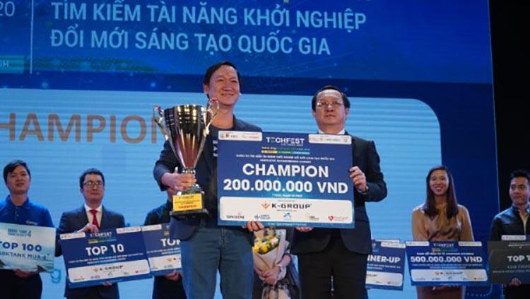 Bộ trưởng Huỳnh Thành Đạt trao giải cho đội vô địch. Ảnh: NX.