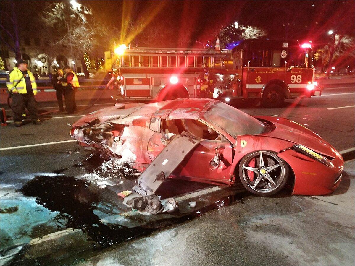 Siêu xe Ferrari bị hư hỏng nặng sau tai nạn. Ảnh: Sở cứu hỏa Chicago