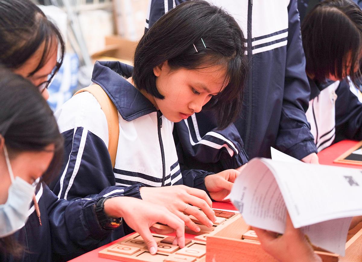 Học sinh tham gia các trò chơi về Toán trong Ngày hội Toán học mở diễn ra ngỳ 29/11. Ảnh: Dương Tâm.