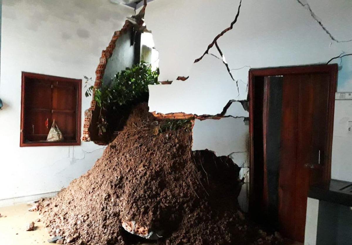 Một ngôi nhà ở huyện Krông Bông nứt nẻ vì sạt lở núi. Ảnh: Ngọc Oanh.