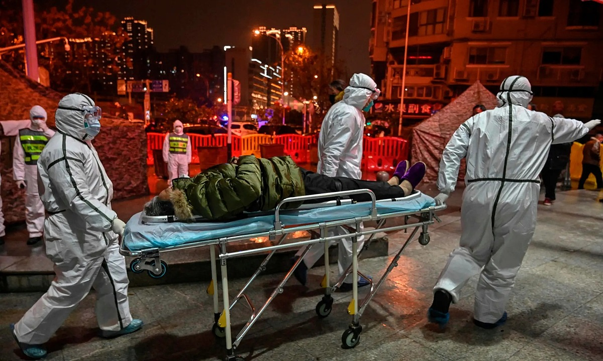 Một người mắc chứng bệnh chưa rõ được đưa vào bệnh viện ở Vũ Hán hồi đầu năm nay. Ảnh: AFP