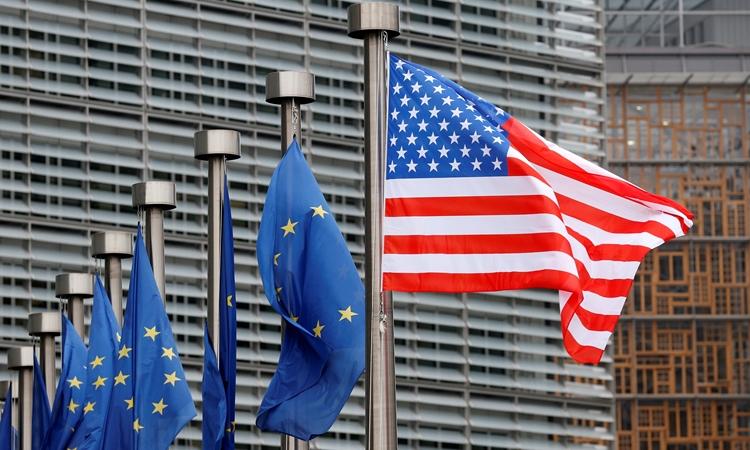 Cờ Mỹ và Liên minh châu Âu (EU) tại trụ sở Ủy ban châu Âu ở Brussels, Bỉ, hồi tháng 2/2017. Ảnh: Reuters.