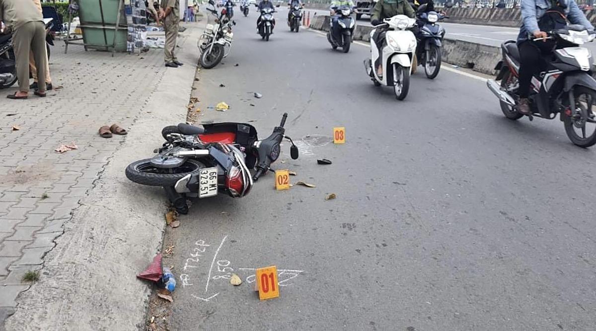 Công an khám nghiệm trường hiện vụ cướp khiến hai vợ chồng đi xe máy bị trọng thương. Ảnh:Văn Sự