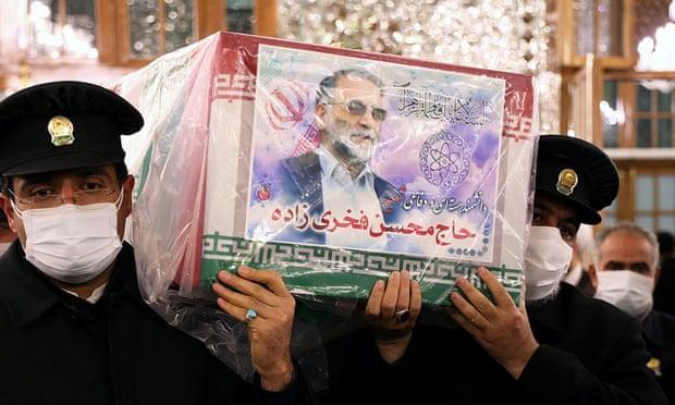 Quan tài chứa thi hài Mohsen Fakhrizadeh tại đền thờ Imam Reza, Iran ngày 29/11. Ảnh: Reuters.