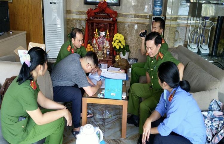 Cảnh sát khám xét 15 địa điểm của bà Mười Tường và đồng phạm. Ảnh: An Phú.
