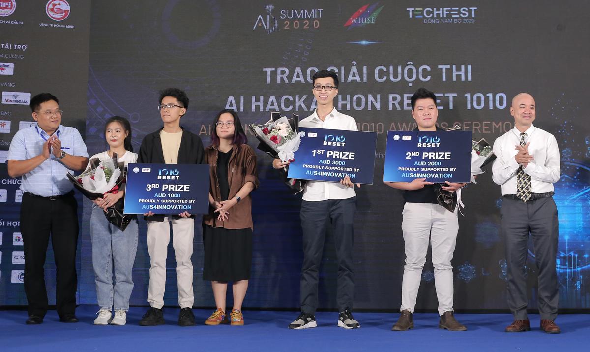 Ban tổ chức trao giải cho các đội thắng cuộc. Ảnh: BTC.