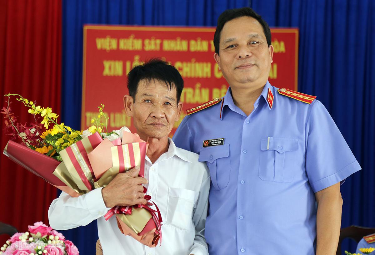 Ông Trần Bê nhận hoa trong buổi xin lỗi công khai của VKS Khánh Hòa, hồi tháng 9/2019. Ảnh: Xuân Ngọc.