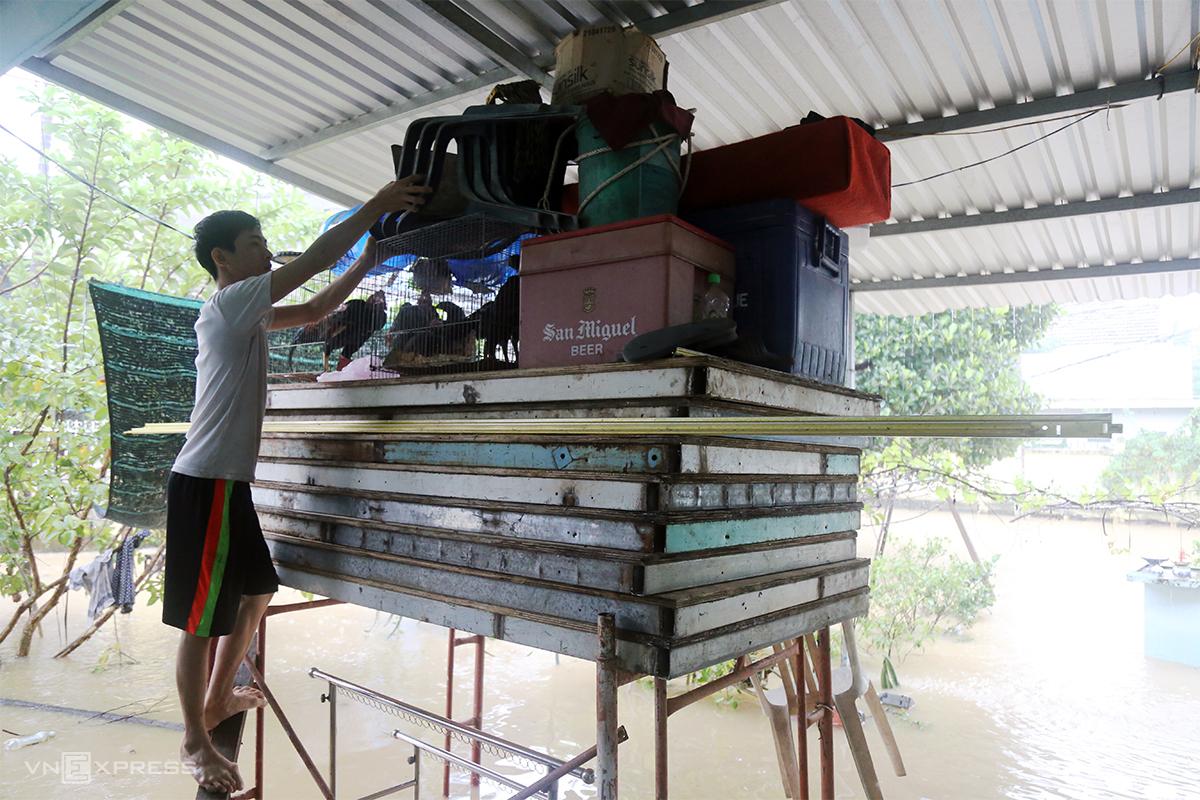 Nguyễn Quang Trung ở Nha Trang dùng giàn giáo để kê đồ đạt, đàn gà lên cao khi lũ tràn vào nhà, ngày 30/11. Ảnh: Xuân Ngọc.