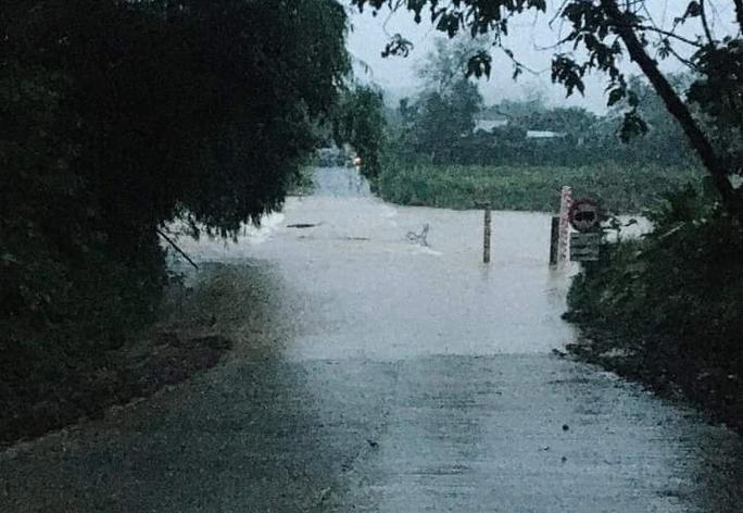Ngầm sông Trường, quốc lộ 40B bị nước tràn qua, chảy xiết. Ảnh: Đại Hiệp.
