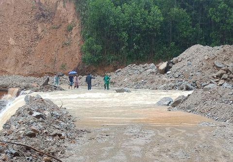 Đường vào trung xã Trà Leng bị nước chảy tràn qua. Ảnh: Đại Hiệp.