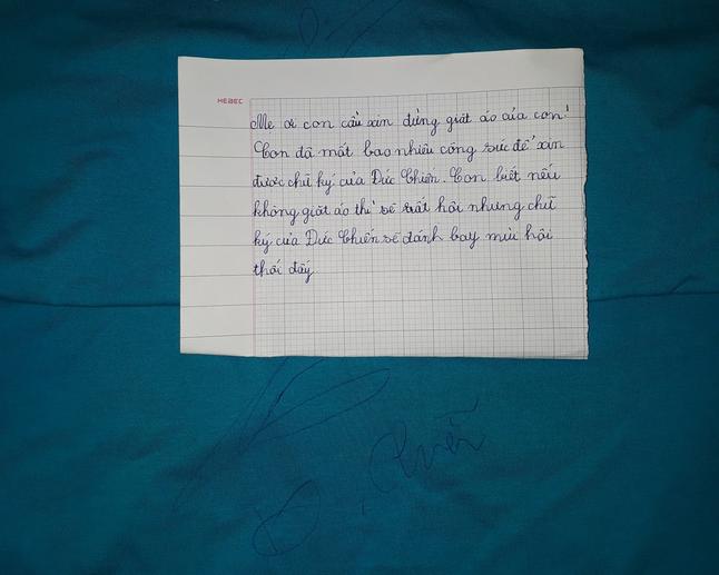 Mẹ ơi con cầu xin đừng giặt áo của con. Con đã mất bao công sức để xin được chữ ký của Đức Chiến. Con biết nếu không giặt áo thì sẽ rất hôi nhưng chữ ký của Đức Chiến sẽ đánh bay mùi hôi thôi đấy.