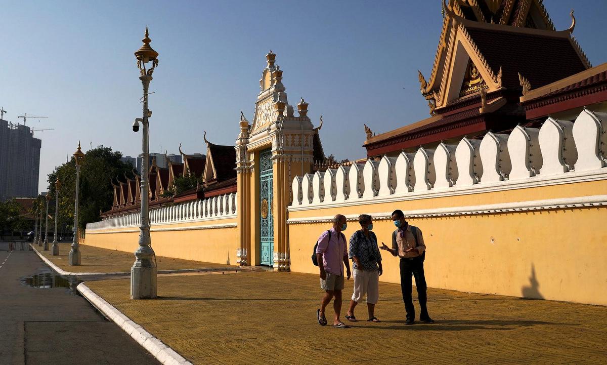 Du khách bên ngoài Cung điện Hoàng gia Campuchia hồi tháng 3. Ảnh: Reuters.