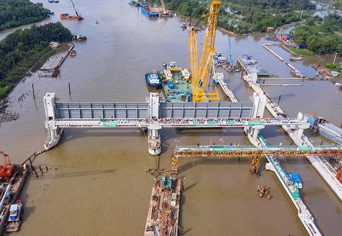 Hai cống ngăn triều khổng lồ được lắp đặt tại cống Cây Khô ngày 22/8. Ảnh: TNG