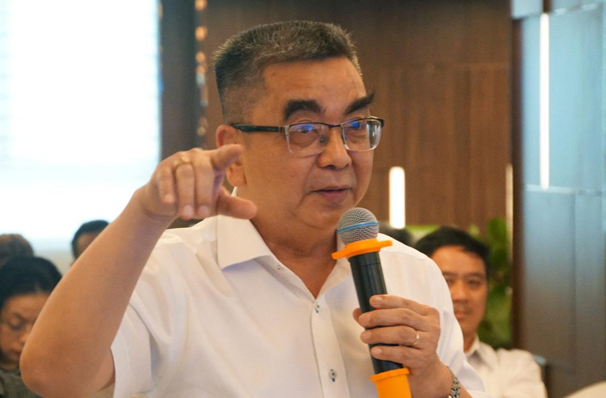 Ông Nguyễn Ngọc Điện, Hiệu trưởng Đại học Hoa Sen, góp ý tại hội thảo ngày 30/11. Ảnh: Mạnh Tùng.