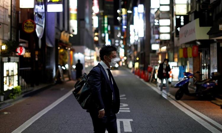 Người đàn ông đeo khẩu trang để phòng Covid-19 trên đường phố thủ đô Tokyo, Nhật Bản. Ảnh: Reuters.