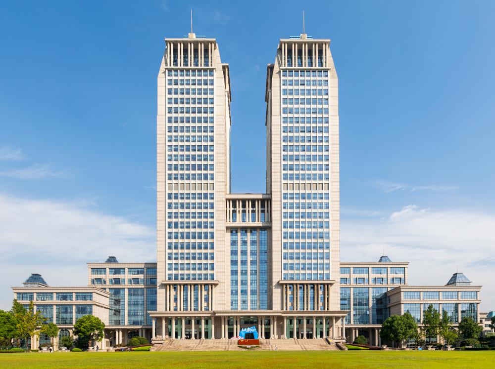Tòa tháp đôi biểu tượng của Đại học Phục Đán, trường top 3 trong bảng xếp hạng. Ảnh: Shutterstock