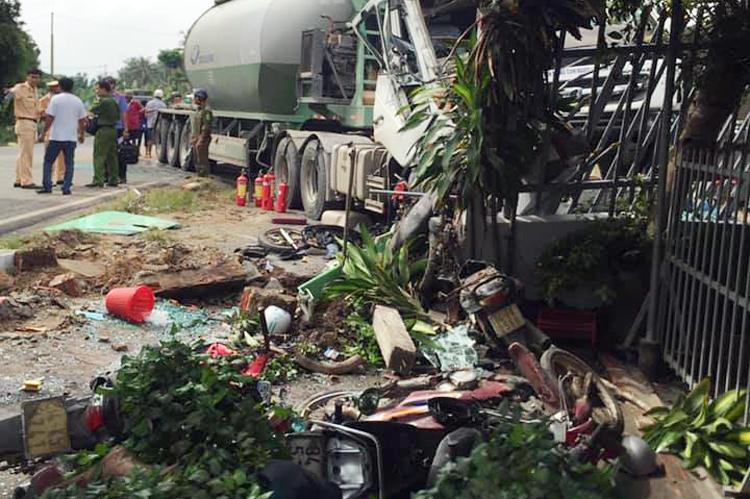 Nhiều xe máy đậu trước nhà dân bị xe bồn cán biến dạng. Ảnh: Quang Thông.