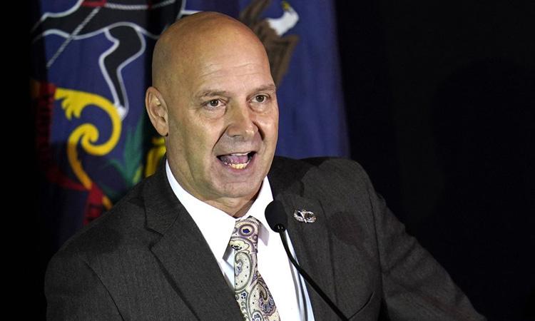 Thượng nghị sĩ Doug Mastriano tham dự phiên điều trần ngày 25/11 của Ủy ban Chính sách Đa số Thượng viện bang Pennsylvania. Ảnh: AP.