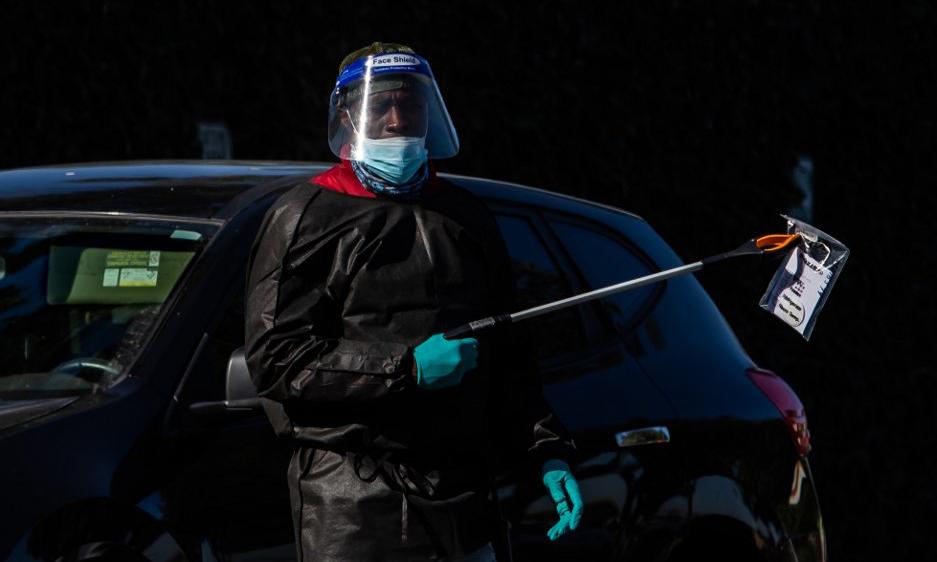 Nhân viên y tế tại một điểm xét nghiệm nCoV lưu động tại thành phố Los Angeles, bang California, hôm 14/11. Ảnh: AFP.