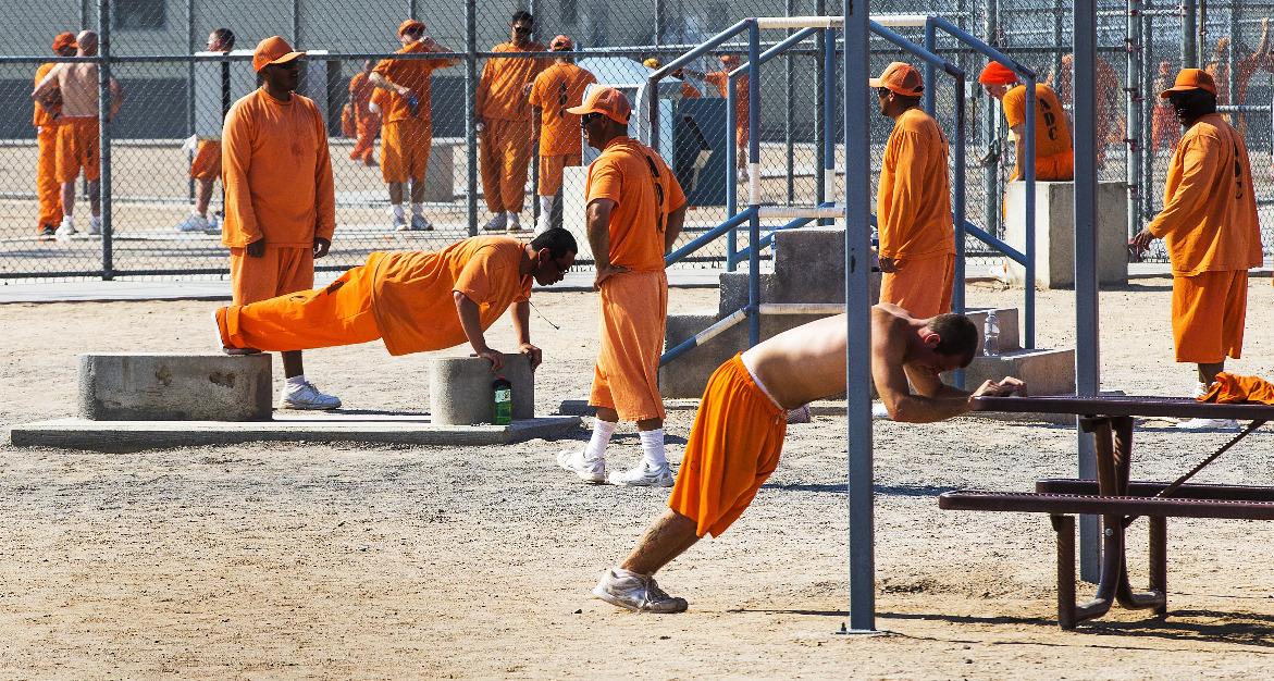Tù nhân tập thể thao tại nhà tù tư nhân Kingman, bang Arizona vào năm 2016. Ảnh: The Republic.