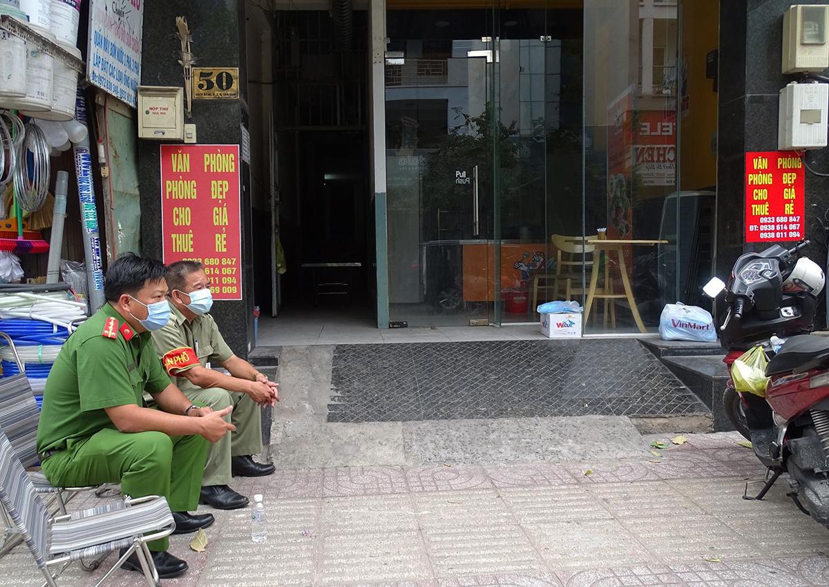 Tòa nhà số 50 Bạch Đằng, quận Tân Bình đang được phong tỏa. Ảnh: Hà An.