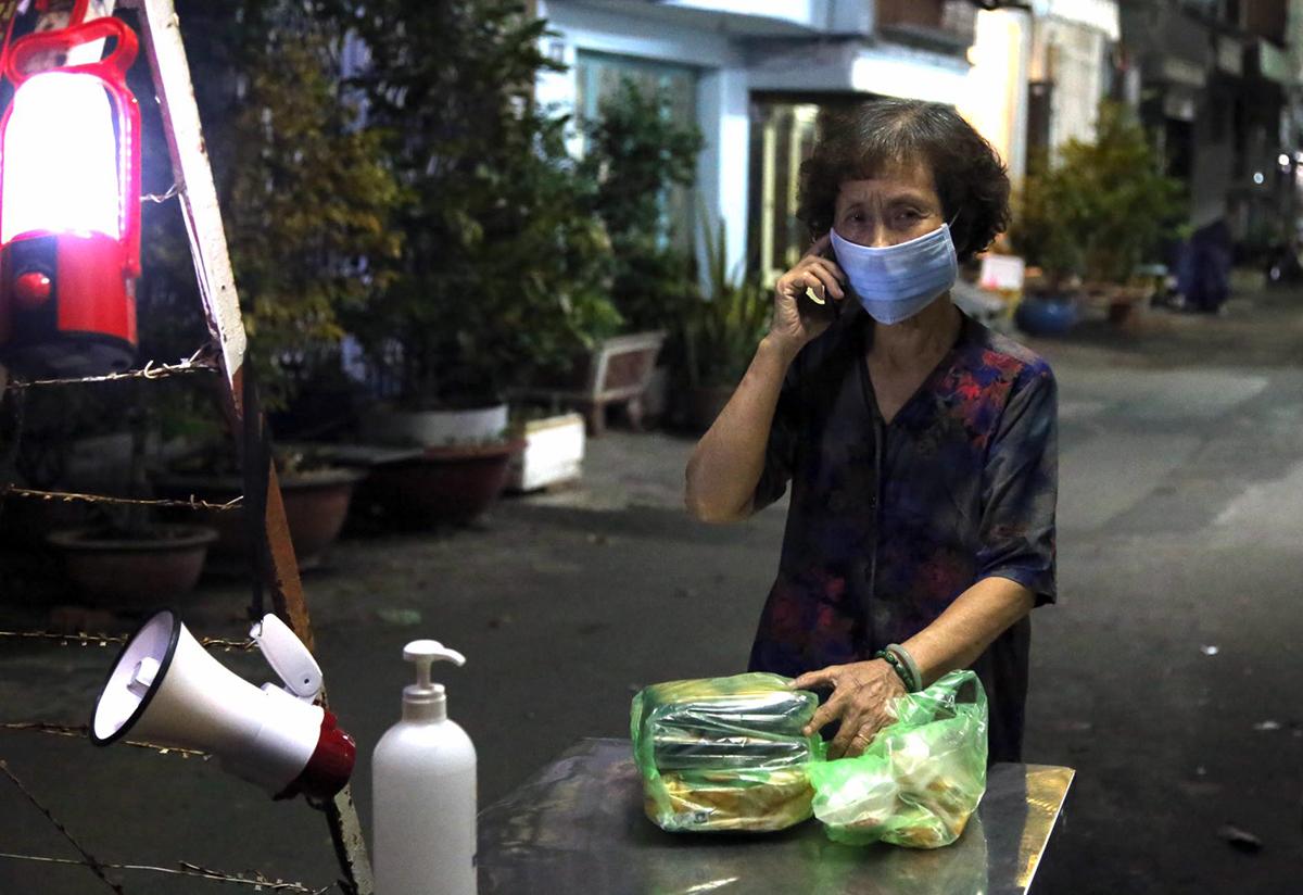 Người dân đặt thức ăn trên trên mạng đem tới, tối 1/12. Ảnh: Đình Văn.